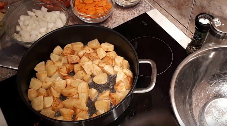 Сначала обжариваем картофель.