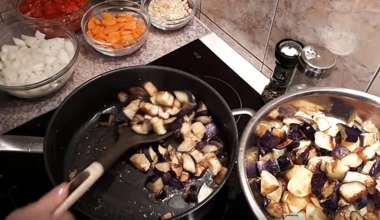После картофеля отдельно обжариваем баклажаны.