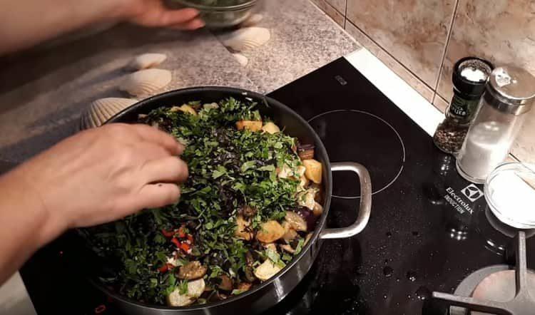 Добавляем на сковороду все оставшиеся овощи, зелень.