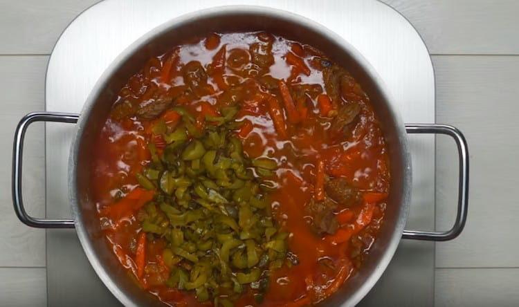 Обжаренные огурцы добавляем в блюдо