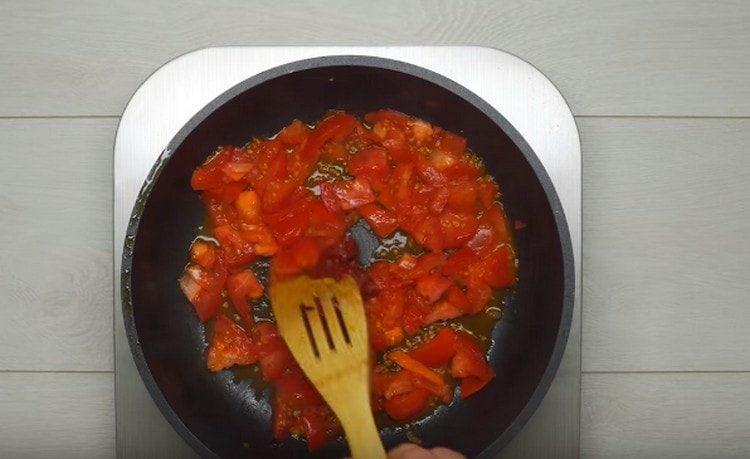 Отдельно обжариваем помидоры с добавлением томатной пасты.