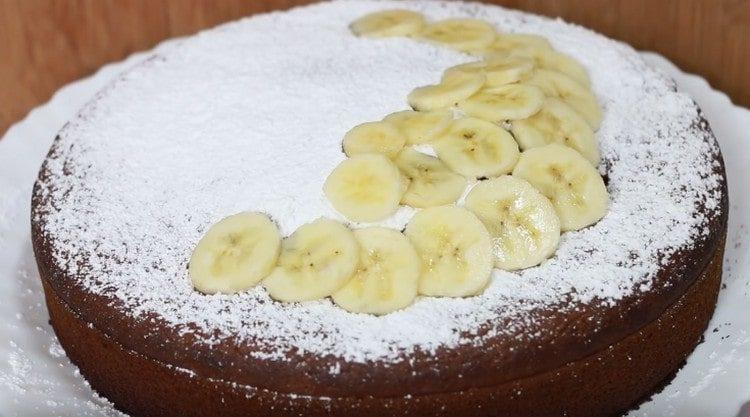 Готовый банановый пирог посыпаем сахарной пудрой и украшаем кружочками бананов.