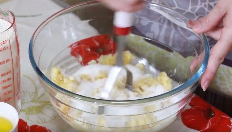 Добавляем к банановой массе сахар, соль, ванильный сахар и перемешиваем.