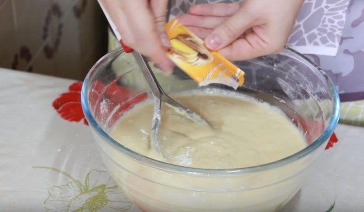 Последним добавляем в тесто разрыхлитель.