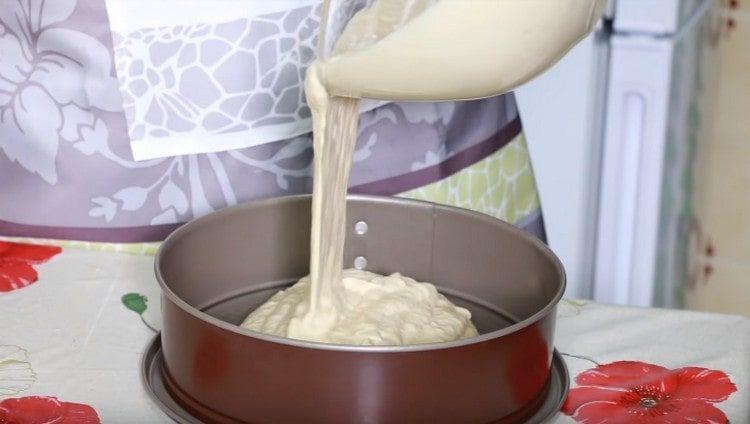 Переливаем тесто в смазанную маслом форму.