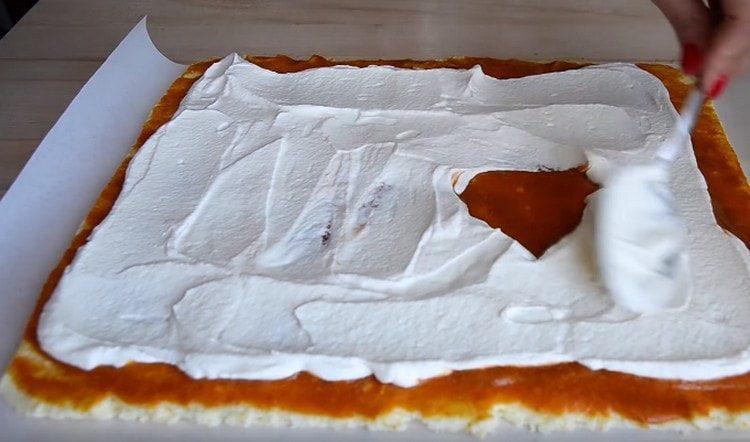Наносим крем на слой фруктового пюре.