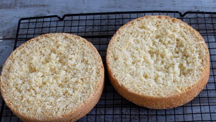 Поскольку бисквит получается высоким, его можно разделить на 2 или 3 коржа.