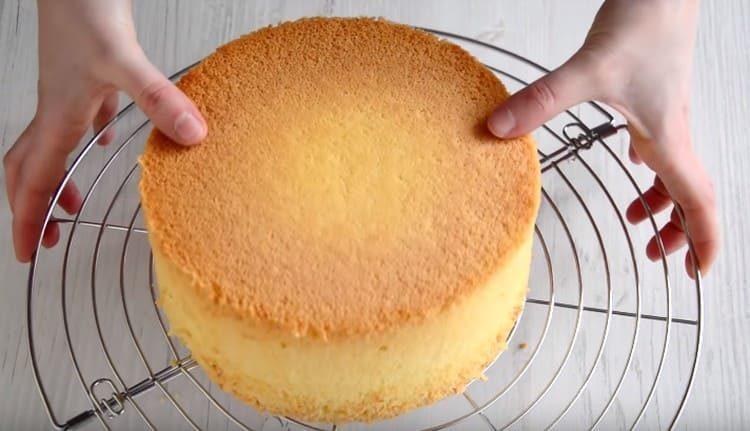 Бисквит вынимаем из формы и даем ему полностью остыть на решетке.
