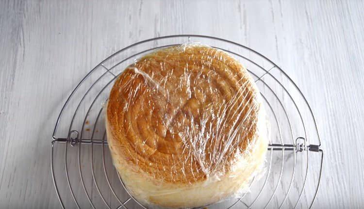 Заворачиваем бисквит в пищевую пленку и ставим в холодильник.
