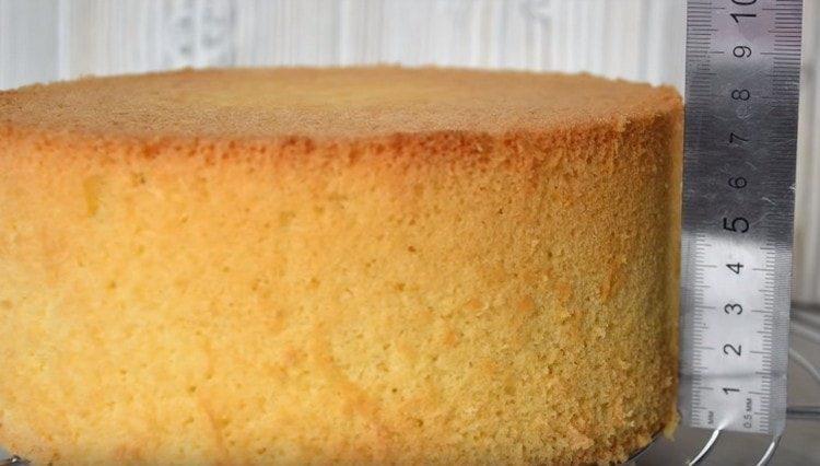 По классическому рецепту бисквит получается пышным и высоким.