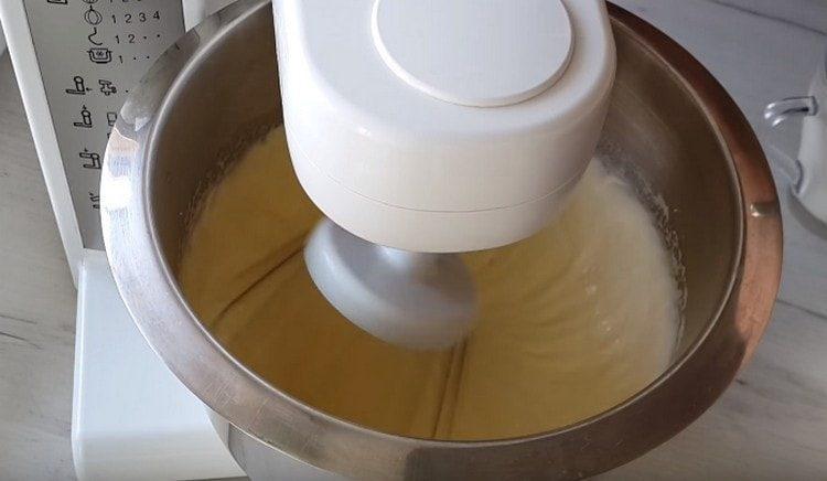 Миксером взбиваем яйца с сахаром до посветления.