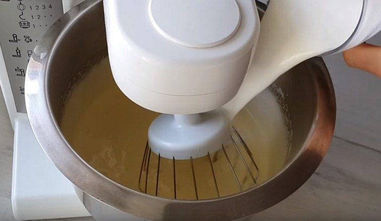 Добавляем в яичную массу растительное масло и кефир.
