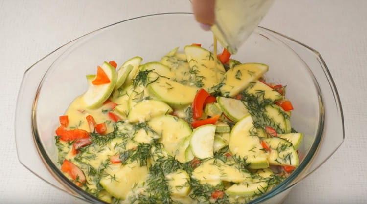 Заливаем яичной массой овощи в форме.