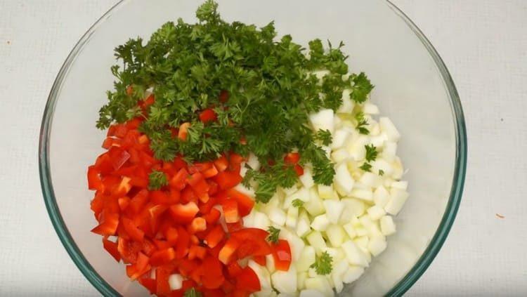Добавляем к кабачкам сладкий перец и зелень.