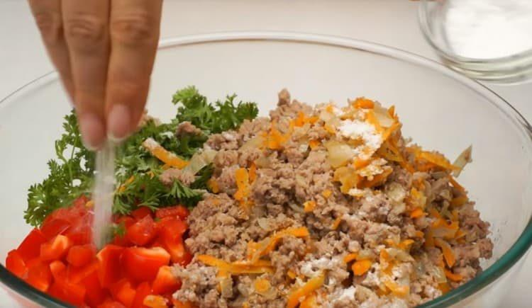 Фарш добавляем к овощам, солим и перемешиваем.