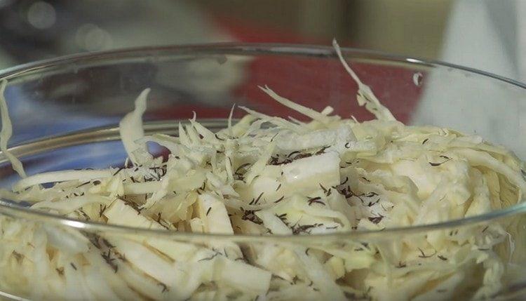 Шинкуем капусту, добавляем зиру, соль и разминаем.