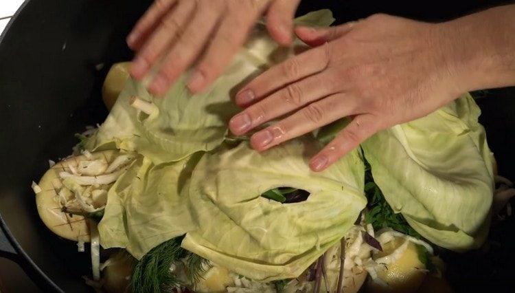 сверху закрываем блюдо листами капусты.