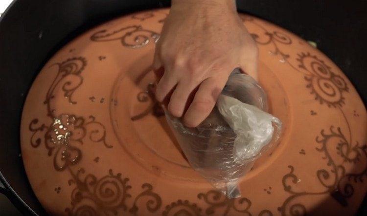 накрываем казан большой тарелкой. сверху выкладываем груз.