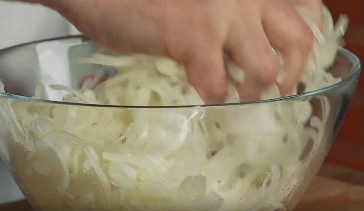 лук нарезаем полукольцами и руками разминаем с солью.