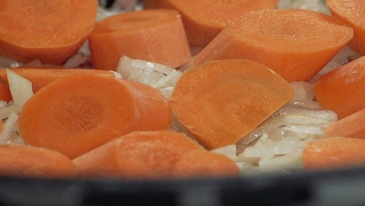 Нарезаем морковку и выкладываем поверх лука.
