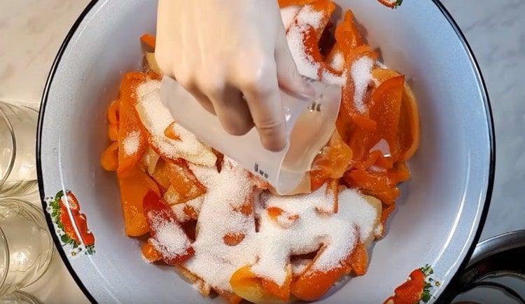 Добавляем к перцу чеснок,соль, сахар и растительное масло.