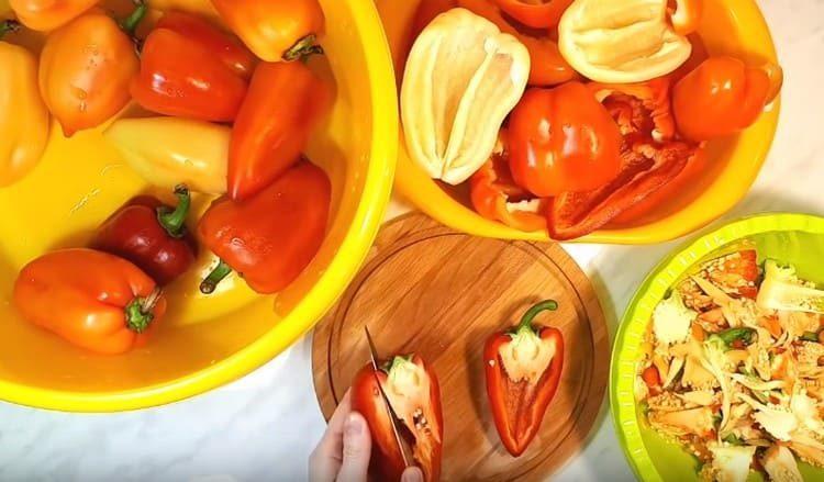перец очищаем от семян и плодоножек.