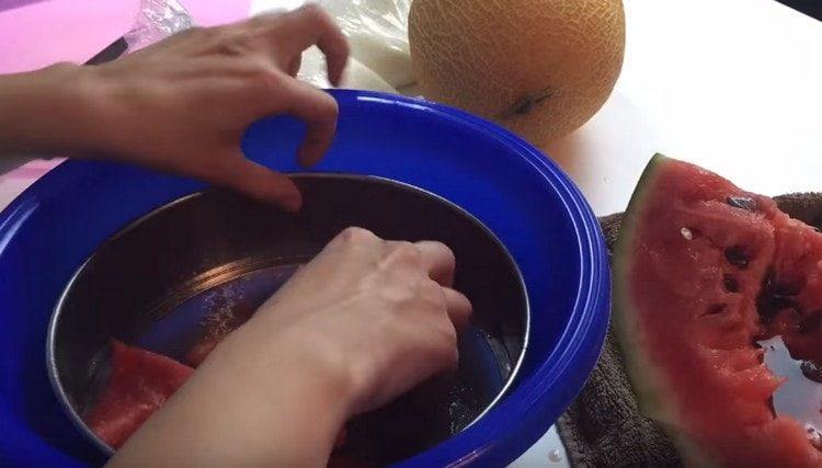 Мякоть арбуза протираем через сито.