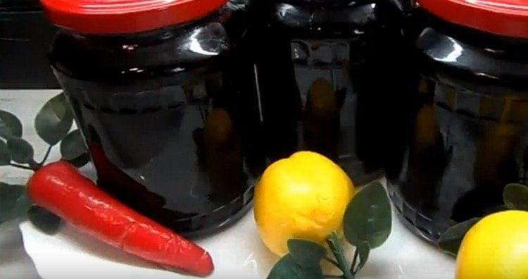 разливаем варенье из черноплодной рябины с яблоками в банки и закатываем.