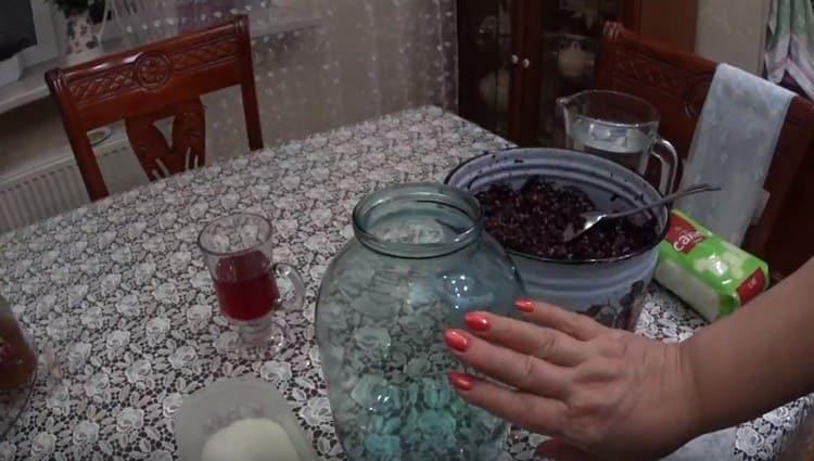 В банку закладываем виноградную мезгу.