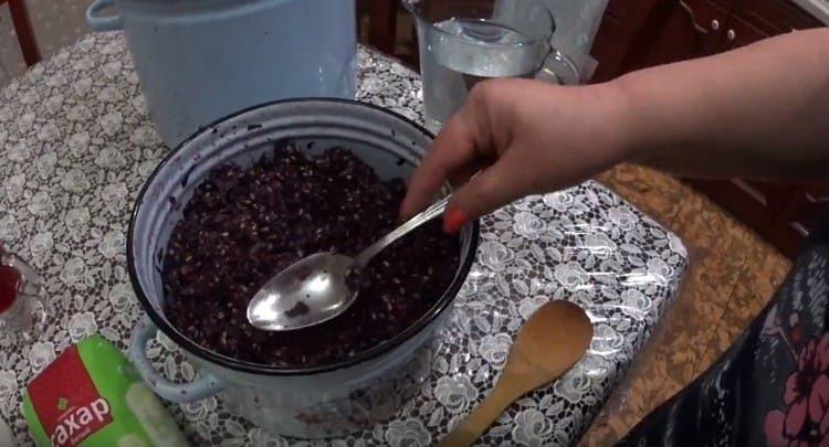Воду перемешиваем с сахаром и заливаем мезгу.