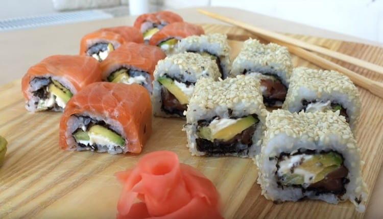 Такие вкусные суши подают с маринованным имбирем и соусом васаби.