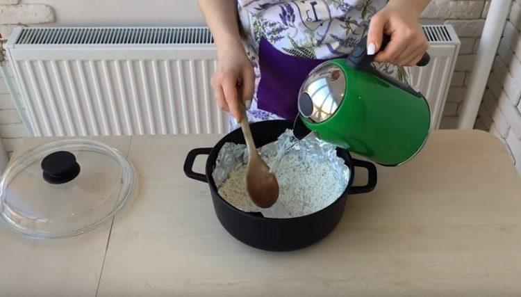 Заливаем рис водой и ставим вариться.