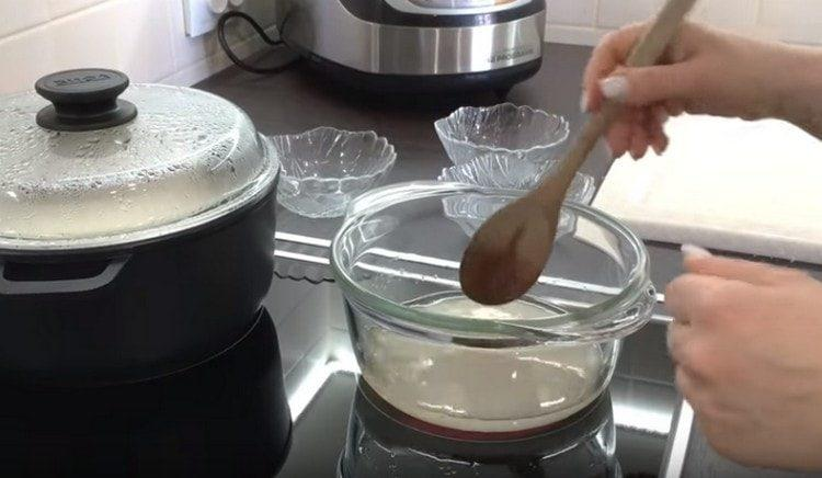 Отдельно варим уксус с сахаром.