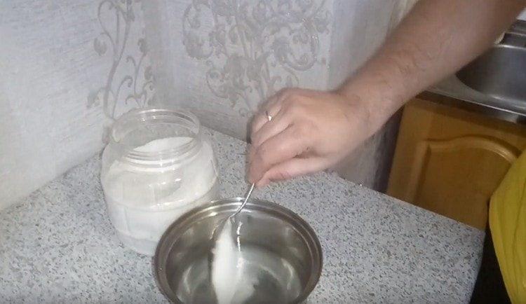 В воде растворяем сахар.