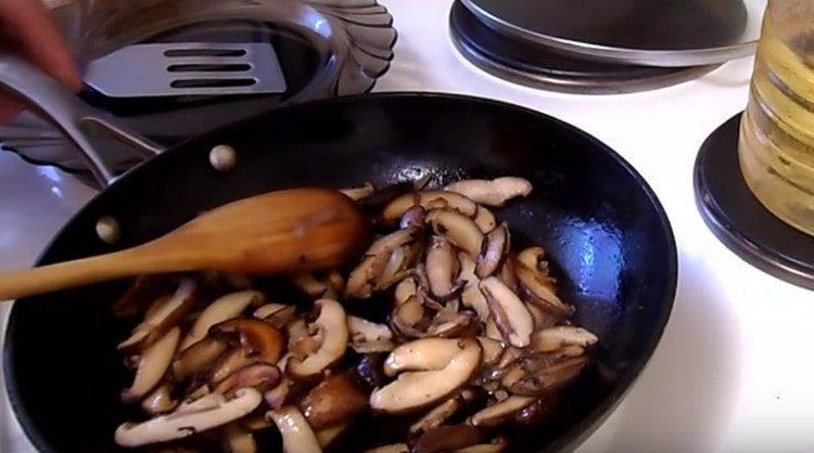 далее добавляем на сковороду грибы, обжариваем.