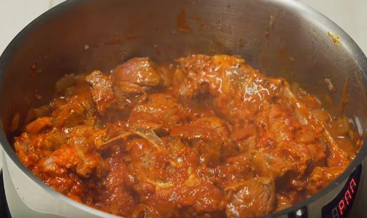 Далее добавляем специи и томатную пасту.