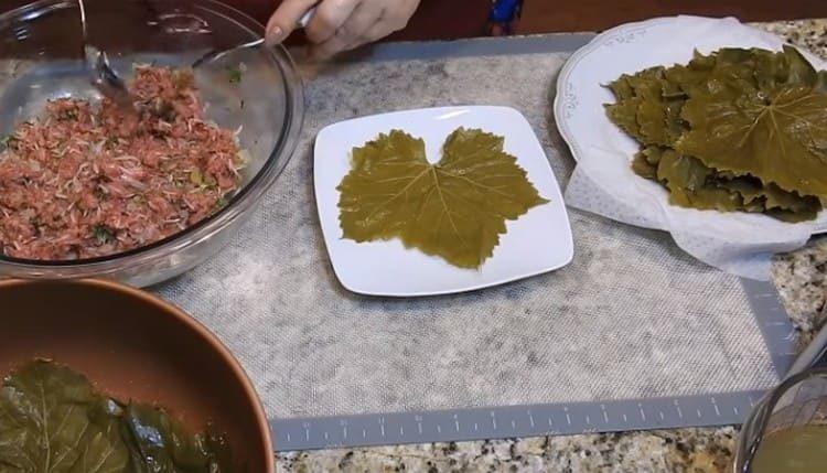 Виноградный лист выкладываем на тарелку.