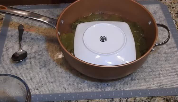 Долму нужно накрыть тарелкой, чтобы она не развернулась при тушении.