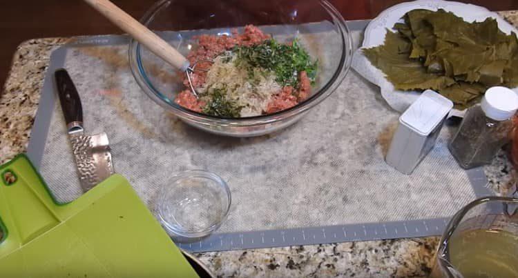 Добавляем рис с овощами к мясному фаршу