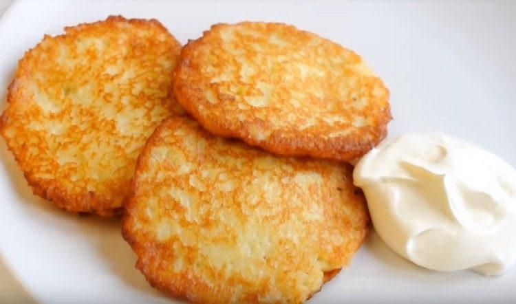 Это классический рецепт, по которому вы быстро сможете пожарить замечательные картофельные драники.