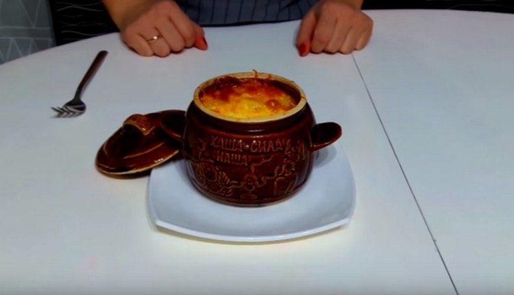 Ароматное жаркое в горшочках удобно тем, что блюдо получается сразу порционным.