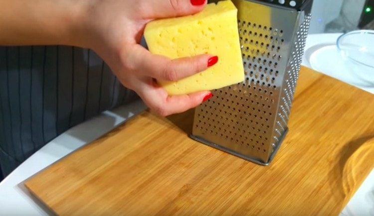 На мелкой терке трем сыр.
