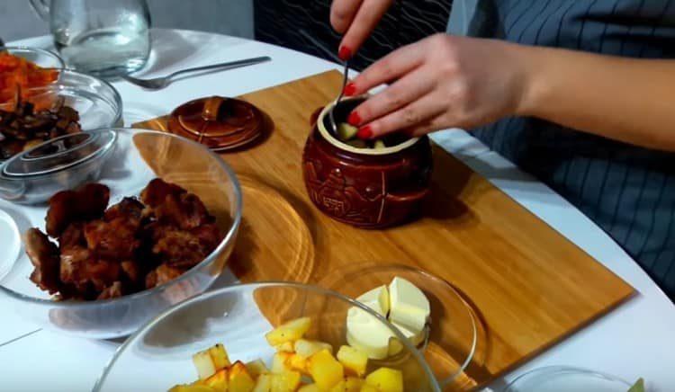Закладываем первым слоем блюда картофель.