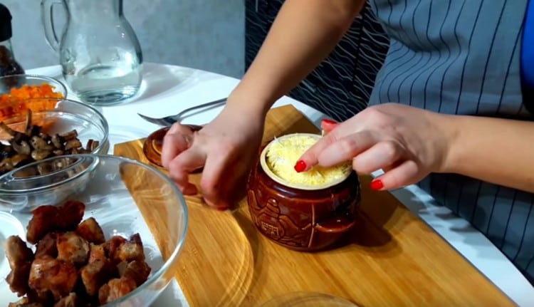 Посыпаем блюдо тертым сыром.
