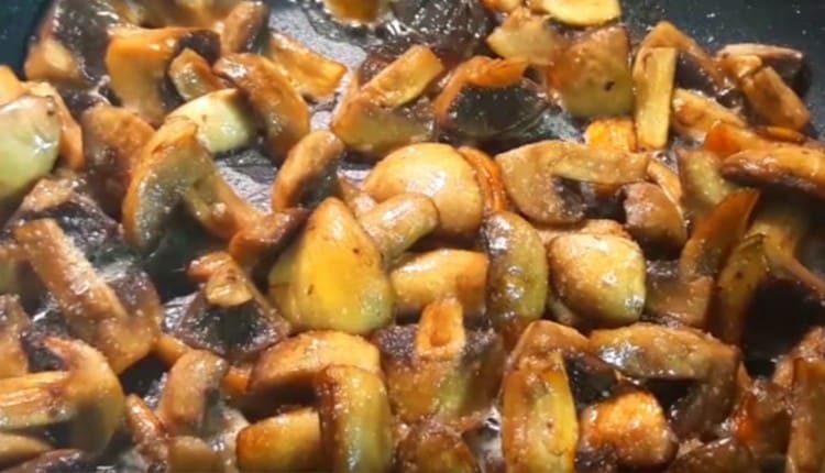 Когда грибы ужарятся, тоже солим и перчим их.