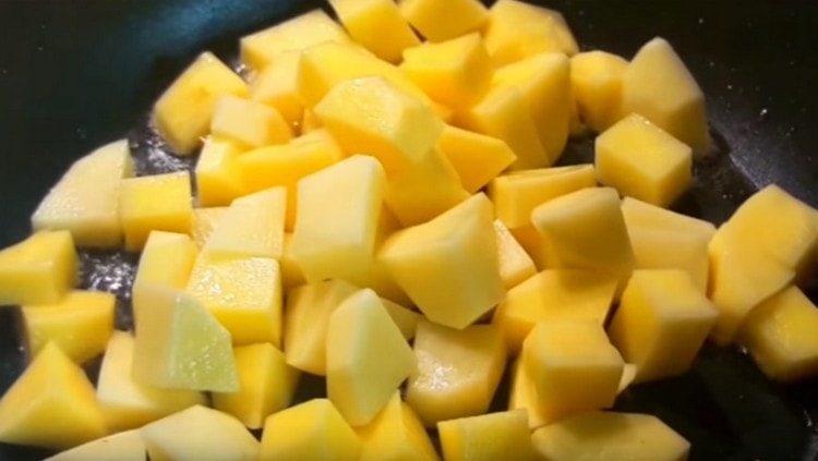 Обжариваем картошу на растительном масле.