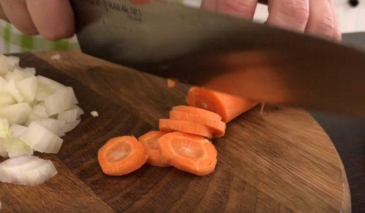 Кружочками нарезаем морковь.
