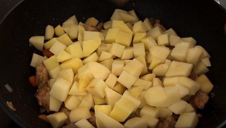 выкладываем картошку поверх мяса, но не перемешиваем.