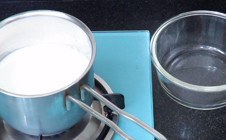 Наливаем в сотейник молоко и доводим до кипения.