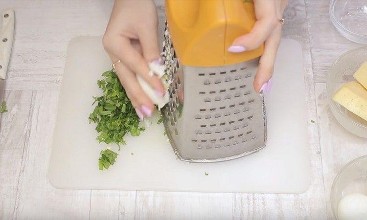 Измельчаем зелень, натираем на терке вареные яйца.